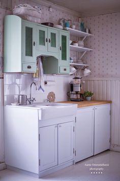 Aamu Omenatarhassa: elokuu 2014 Puuseppä teki meille alakaapit, joista isompi kätkee sisäänsä pyykkihuollon koneineen.
