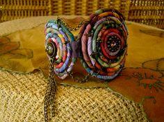Pulsera se compone de tres bobinas de alambre forrado en fibra conectados (2 3/16 de alto) con cadena, abalorios y alambre de bronce. El cierre de la espalda, un botón de bronce y envolvente calico lazo, ajusta el brazalete para la muñeca tamaño 6 a 7 3/4.