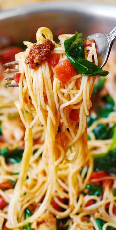 Tomato Basil & Spinach Chicken Spaghetti – healthy, light, Mediterranean dinner with veggies!