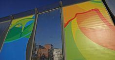 Muro que separa Linha Vermelha de favela ganha painéis da Olimpíada
