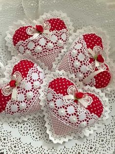 Lace and fabric hearts - fabric crafts Felt Christmas Decorations, Felt Christmas Ornaments, Valentines Day Decorations, Valentine Day Crafts, Holiday Crafts, Christmas Tree, Valentines Greetings, Heart Decorations, Vintage Valentines