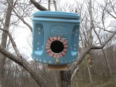 Green birdhouses using Folgers Cans, by - love this! (The comments below the photos have good ideas to make the bird house safer better for the birds) - Gardening Life Today Plastic Coffee Cans, Plastic Coffee Containers, Folgers Coffee Container, Coffee Can Crafts, Birdhouse Designs, Diy Birdhouse, Unique Birdhouses, Bird House Feeder, Bird Feeders