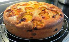 Deze pruimentaart is een verrukkelijk stuk taart, met een cake-achtige… Fruit Pie, Fruit Cakes, Plum Cake, Cake & Co, High Tea, Baked Goods, Sweet Tooth, Muffin, Food And Drink