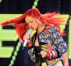 Rihanna rocks a new long hairstyle!