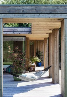Det unikke kubusformet hus The open atrium garden gives both shelter and has space for staying in the sun or the shade. Hang a hammock between the wooden poles for relaxation. Maison Atrium, Casa Atrium, Atrium House, Outdoor Spaces, Outdoor Living, Atrium Garden, Pergola Attached To House, Patio Roof, Pergola Roof