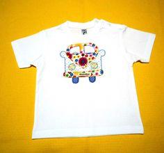 Camiseta con un furgoneta bordada, a mano, a punto festón, con trocitos de tela a la manera del patchwork.
