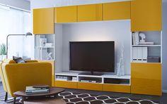 Woonkamer met een grote opbergcombinatie bestaande uit een tv-meubel, opbergkasten met lades en glazen deuren
