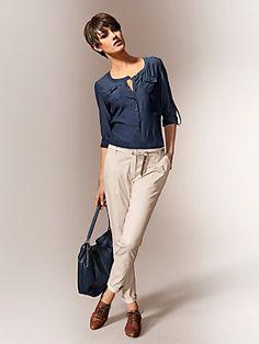 Chemisier fluide et blousé bleu marine, pantalon carrot, pour une tenue  décontractée chic Chemisier bb3969b7e4b