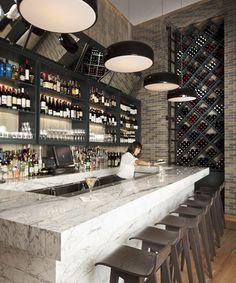 Wine Bar, Refrente de estantería en el fondo para exhibición en la tienda