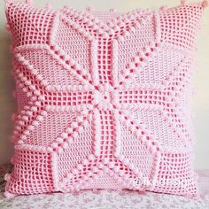 This Pin was discovered by Mur Crochet Pillow Cases, Crochet Cushion Cover, Crochet Cushions, Crochet Tablecloth, Diy Crafts Knitting, Diy Crafts Crochet, Crochet Home, Crochet Projects, Crochet Diagram