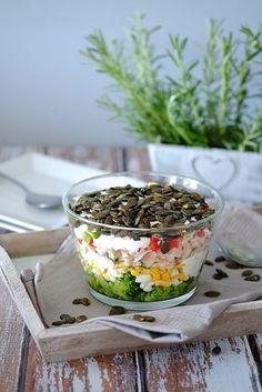 Sałatka brokułowa warstwowa, z dużą ilością warzyw w pysznym sosie czosnkowym. Na każdej imprezie rozchodzi się w mig. Prosta, a zarazem zachwycająca.