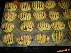 Zapečené brambory Brambory oloupeme,podélně rozpůlíme a nařízneme na proužky.Do každýho zářezu dáme kousek anglický,posolíme naskládáme na plech s pečícím papírem a malinko pokapem olejem a dáme do vyhřáté trouby zapíct.Když jsou brambory měkký tak si můžem rozšlehat vajíčko a brambory potřít ,navrch nasypat nastrouhaný sýr a dát to ještě do trouby rozpustit.Ktomu dip:zakys smetanu,prolisuju česnek,najemno pažitku a červ. kapii a lehounce osolím,zamíchám a v tom bramb.namáčím.