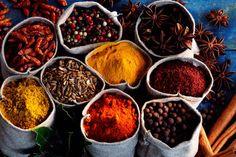 Ingrédient de prédilection de la cuisine japonaise, indienne ou orientale, les épices manquent souvent dans la cuisine occidentale. Pourtant, en plus de rehausser le goût des plats, elles présentent de nombreuses vertus en matière de santé. Passage en revue des épices à conserver dans ses placards, avec nos trois expertes.