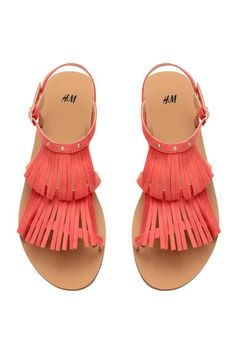 Sandales avec franges: Sandales en imitation daim avec franges et petits rivets ronds en haut. Modèle avec bride et boucle en métal sur le côté. Semelle intérieure en imitation cuir. Semelle caoutchouc.