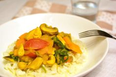 """Du wirstes bestimmt schon bemerkt haben, dass ich die würzige und scharfe Küche bevorzuge. Daher koche ich gerne mit Chili, Curry & Co. Daran ändert auch die Kürbiszeitnichts und so gibt es heute für dich ein Paleo Kürbiscurry mit leckerem Kokos""""reis"""". Aber keine Sorge, wenn du kein Fan von scharfem Essen bist. Denn dieses Curry […]"""