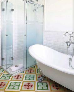 Baño, con suelo hidráulico.