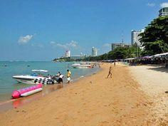 Пляжи Паттайи на островах и в городе   Паттайя-Бич Это центральный пляж Паттайи, который начинается от Walking Street в южной Паттайе и простирается на 3 км до северной Паттайи. Купаться здесь не рекомендуется, т.к. здесь самое грязное море и постоянно ездят водные скутеры и катера. В ширину пляж Паттайя Бич имеет максимум 20 метров и то не везде.  Сразу за пляжем находится оживленная дорога Бич Роад. Вдоль всего пляжа расположены шезлонги с зонтиками, цена на них разная, в зависимости от…