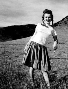 Norma Jeane next to fence, photographer: Andre De Dienes. Photograph by Andre De Dienes. Reproduced with permission of Chuck Murphy. One West Publishing Joven Marilyn Monroe, Young Marilyn Monroe, Marilyn Monroe Photos, Marylin Monroe, Jane Russell, Tony Curtis, Clark Gable, The Misfits, Gentlemen Prefer Blondes