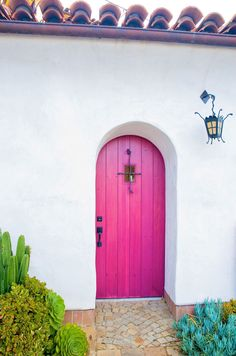 """I'm a sucker for a pink door, what can I say. """"Spanish style bright pink arched wood door - White stucco home exterior"""" Home Design, Exterior Design, Interior And Exterior, Spanish Style, Spanish Revival, Spanish Colonial, Spanish House, Wood Doors, Belle Photo"""