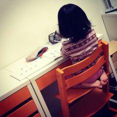 娘が赤ん坊の時から使ってるSTOKKEのイスと ほぼ同じ色に仕上がってよかった。 でも正座である必要はないぞ。 辛いだろ。