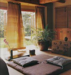 畳の香りや感触にホっとするのは日本人ならではの感覚。やっぱり和室は落ち着く場所ですよね。でも、和室のコーディネートって意外と難しいもの。そこで今回はおしゃれな和室にするためのいろいろなアイディアをご紹介します♪