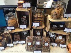 Resultado de imagen para baked goods booth ideas for farmers market Market Stall Display, Farmers Market Display, Farmers Market Signage, Farmers Market Recipes, Pastry Display, Cookie Display, Bakery Packaging, Cookie Packaging, Bake Sale Packaging