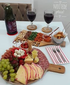 Antes tarde que nunca! Charcuterie And Cheese Board, Charcuterie Platter, Party Food Platters, Cheese Platters, Breakfast Platter, Bistro Food, Cheese Party, Aesthetic Food, Snacks