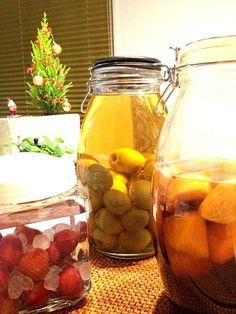 柿酒(写真右) 材料:柿、焼酎、黒糖、氷砂糖 期間:3ヵ月くらい