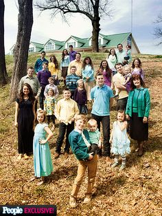 the new season of tlc's hit reality show 19 kids & counting launches Feb, 17 at 9 p.m. & in a sneek peek of the episodes ahead, fans are let in on a lot of the surprises in store for Jim Bob & Michelle Duggar & their expansive clan. Extended Family, Big Family, Dugger Family, 19 Kids And Counting, Duggar Family Blog, Bates Family, Family Pictures, Duggar News, Wedding Dress