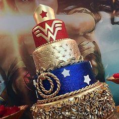 "19.8 mil Me gusta, 622 comentarios - Stefani Pollack (@cupcakeproject) en Instagram: ""Tag the wonder woman in your life!  Regrann from @atelie.luiza.sales  Decoração: @bilabiluhomefest…"" Superhero Cake, Wonder Woman Cake, Wonder Woman Birthday, Wonder Woman Party, Wonder Woman Wedding, Party Cakes, Marvel Cake, Unique Cakes, Creative Cakes"