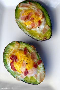 Lekker ontbijtje: avocado met ei uit de oven - Lovemyfood.nl