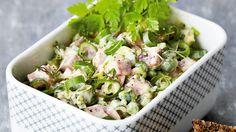 Skinkesalat med forårsløg | Ugebladet SØNDAG Potato Salad, Sandwiches, Potatoes, Lunch, Cooking, Ethnic Recipes, Food, Cucina, Potato