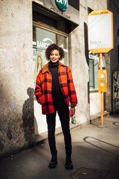 The Best Street Style Looks From Milan Fashion Week Fall 2020 - Fashionista Milan Fashion Week Street Style, Autumn Street Style, Cool Street Fashion, Street Style Looks, New York Fashion, Paris Fashion, Bright Winter Outfits, Checkered Outfit, Old Sweatshirt