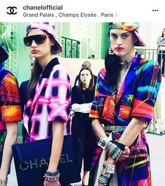 Hoje no PFW o acessório chave do desfile da Chanel de verão 2017 foi esse: o Boné! 💥 Com looks cheios de atitude, ousados e coloridos, a maison francesa combinou as estampas e tecidos das roupas com o de bonés. E aí, gostaram? Nós achamos divertido e separamos alguns looks das nossas it-girls favoritas usando o acessório! Link na bio 📲 #fashionbreak #pfw #chanel #cap #boné #fashion #moda #style #estilo #trend #tendencia #verao2017