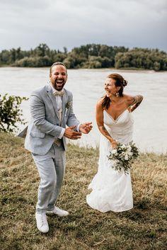 Martina und Spyros haben sich direkt an der Donau das Ja-Wort gegeben. Lace Wedding, Wedding Dresses, Fashion, Small Moments, Baby Sister, Wedding Photography, Wedding Dress Lace, Dance, Memories