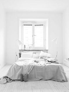 Soft neutral tones. Linen covers. Love everything here in this Scandinavian style bedroom.