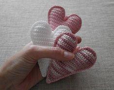 háčkované srdíčka Crochet Motif, Crochet Patterns, Heart Crafts, Crochet Fashion, Baby Shoes, Boho, Knitting, Kids, Handmade