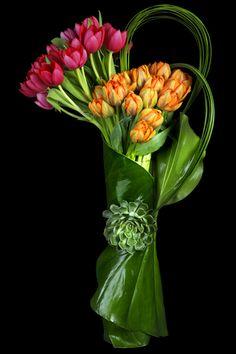 Ovando NYC, Modern Floral arrangement of Red & Orange Tulips Types Of Flower Arrangement, Modern Floral Arrangements, Beautiful Flower Arrangements, Unique Flowers, Beautiful Flowers, Diy Flowers, Deco Floral, Arte Floral, Tulpen Arrangements