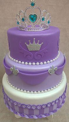 Compre Bolo Fake Princesa Sofia Lilás e Roxo no Elo7 por R$ 75,00 | Encontre mais produtos de Bolo Cenográfico e Aniversário e Festas parcelando em até 12 vezes | A PRONTA ENTREGA Entregamos para a região do grande ABC. Outras regiões favor consultar! OBS: Enviamos pelos Correios. ***..., 9296EA Bolo Fake Princesa Sofia, Bolo Fack, Cake Designs, Birthday Cake, Buffets, Purple, Princess Sofia Party, Purple Birthday, Purple Cakes