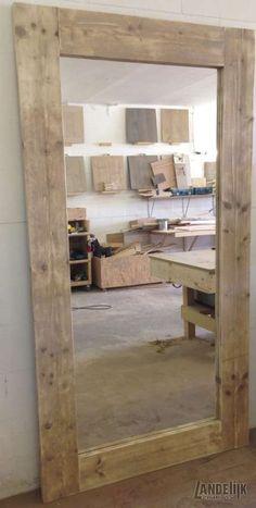 Grote steigerhouten spiegel Stoere spiegel met een 20 cm dikke lijst van steigerhout. De spiegel is staand te gebruiken in elke kamer van uw huis maar ook liggend op bijvoorbeeld een brede commode kast is een erg mooi. De spiegel maakt elke ruimte groter en lichter. Bij wand montage dient wel rekening gehouden te worden