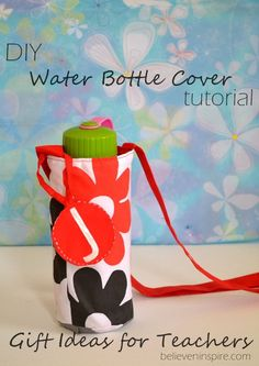 Sewing Ideas Looking for easy sewing projects to try out? Make this diy water bottle cover for your little ones. Takes only an hour. - Looking for easy sewing projects to try out? Make this diy water bottle cover for your little ones. Takes only an hour. Sewing Patterns Free, Free Sewing, Sewing Tips, Sewing Ideas, Sewing Hacks, Sewing Tutorials, Water Bottle Covers, Water Bottle Carrier, Sewing School