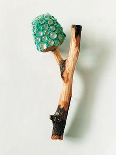 Турмалин, бархат, дерево, стекло в брошке Terhi Tolvanen