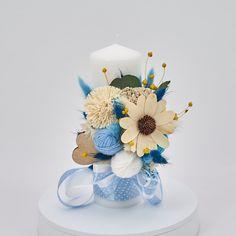 Lumanare de botez nemuritoare cu aranjament floral realizat pe o parte, alcătuit din flori, gheme colorate si o selectie de plante stabilizate si flori uscate in cromatica alb, bleu si albastru cu panglici din saten asortate cromatic, pentru o nota de eleganta aparte.  Avantajele unei lumanari cu flori nemuritoare este acela ca are proprietati decorative ce nu dispar, florile raman la fel de frumoase, nu isi pierd stralucirea culorilor si nu li se scutura petalele. Christening, Table Decorations, Baby, Wedding, Casamento, Newborn Babies, Weddings, Infant, Baby Baby