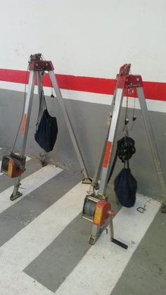 Trípodes de rescate que utilizamos para acceder a espacios confinados como arquetas o pozos.