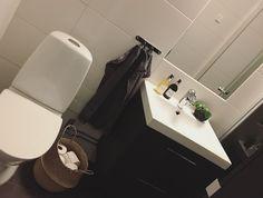 bathroom ideas • Victor Vaissier • black • grey • pilea peperomioides • chinese money plant • elefantöra