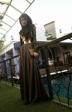 Love the dress an style. Islamic Fashion, Muslim Fashion, Modest Fashion, Fashion Dresses, Fashion Tag, Hijab Dress, Hijab Outfit, Modest Wear, Modest Outfits