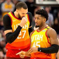 Dove eravamo rimasti? Utah Jazz 2019-2020  Record: 41-23 Miglior giocatore per punti: Donovan Mitchell (24.2 punti)  Miglior giocatore per rimbalzi: Rudy Gobert (13.7 rimbalzi)  Miglior giocatore per assist: Joe Ingles (5.2 assist)  Gli Utah Jazz in questa stagione hanno ripreso da dove hanno finito la scorsa, giocando bene e vincendo. Sebbene non sembrino una squadra da titolo loro ci sono sempre nella parte alta della Western Conference. Il loro stile di gioco non si concentra sulla propria st Jazz Players, Nba Players, Kristofer Hivju, Rudy Gobert, Debi Mazar, Nicole Snooki, Colton Underwood, John Prine, Donovan Mitchell