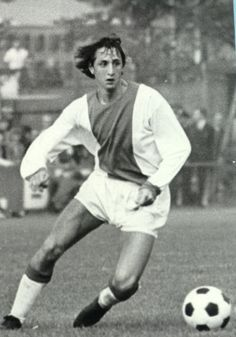 Today March 2016 we loose an absolute immortal legend of the game. Rest in Peace Johan Cruyff. Football Icon, Best Football Players, Good Soccer Players, World Football, School Football, Sport Football, Premier League, Foto Top, Afc Ajax