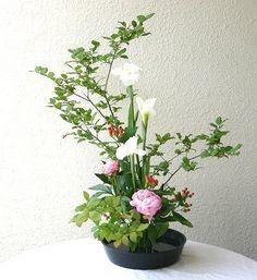 Asian Flowers, Oriental Flowers, Diy Flowers, Ikebana Flower Arrangement, Ikebana Arrangements, Floral Arrangements, Flower Centerpieces, Table Centerpieces, Japan Landscape