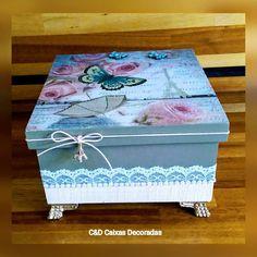 Caris #caixasdecoradas #artesanato #mdf #multiuso #paris #borboletas #rendas #pérol - cd_caixas Decoupage Box, Decoupage Vintage, Shabby, Paris Crafts, Altered Cigar Boxes, Painted Wooden Boxes, Diy Gift Box, Tea Box, Pretty Box
